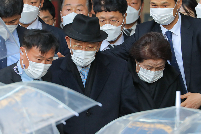 Former South Korean President Chun Doo-hwan (Center L) and his wife, Lee Soon-ja (R), leave the Gwangju District Court after Chun was found guilty of defaming late activist priest Cho Pius on Nov. 30, 2020. (Photo: Yonhap News)