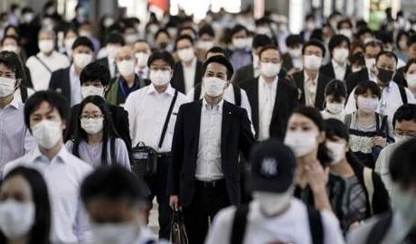 마스크 쓴 일본 시민들