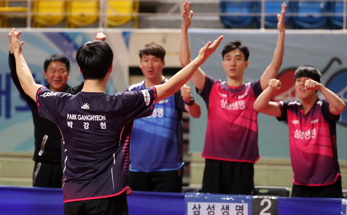 Members of South Korea's table tennis team cheer each other on at the 2019 World Table Tennis Championships in Budapest, Hungary. (Photo: Yonhap News)