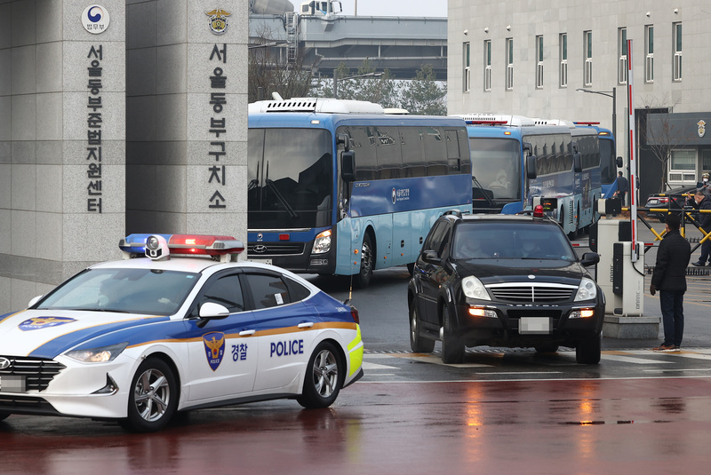 Inmates infected with COVID-19 are transported from the Dongbu Detention Center in Seoul to another prison in North Gyeongsang Province on Dec. 28, 2020. (Photo: Yonhap News)