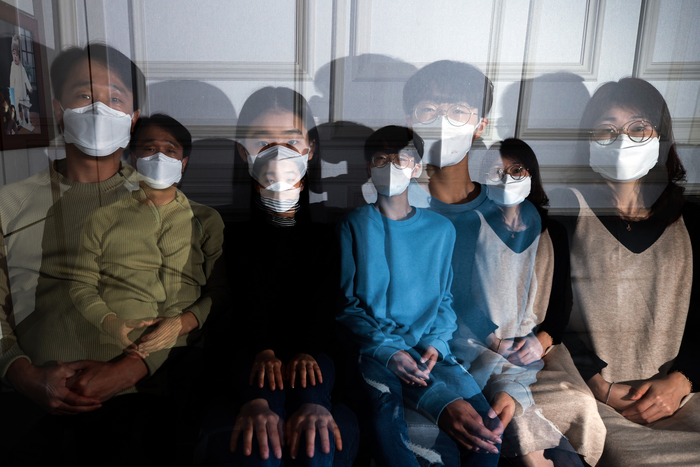 Kim Nam-geun (L), his two children and wife wear masks to protect against COVID-19 while taking a family portrait in their home in Seoul. (Photo: Yonhap News)
