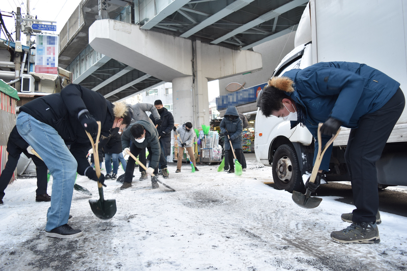 Officials from the Nowon District in Seoul join efforts to remove snow and ice from a major roadway. (Photo: Yonhap News)