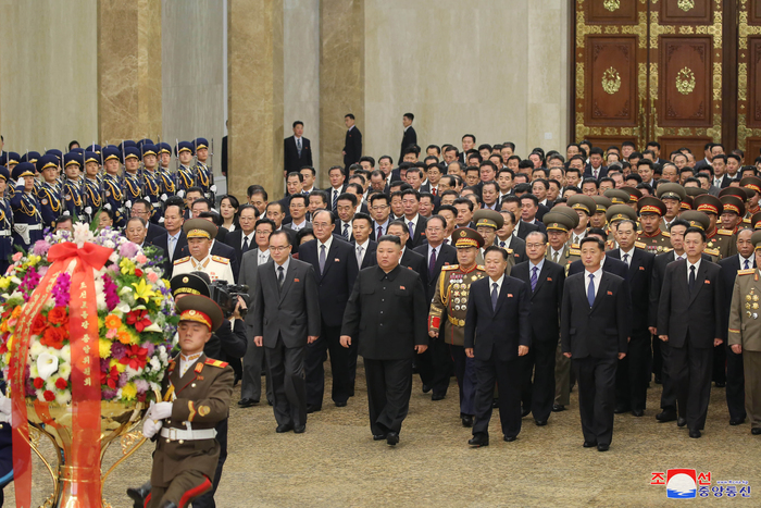North Korean leader Kim Jong-un (center) and high ranking Workers' Party officials visit the Kumsusan Palace of the Sun in Pyongyang on Jan. 12, 2021, in this photo released by the North's official Korean Central News Agency. (Photo provided by Yonhap News)
