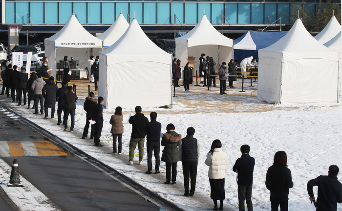Employees of the Gyeonggi Provincial Government line up to get tested for COVID-19 as part of a preemptive testing campaign to contain the spread of the novel virus. (Photo: Yonhap News)