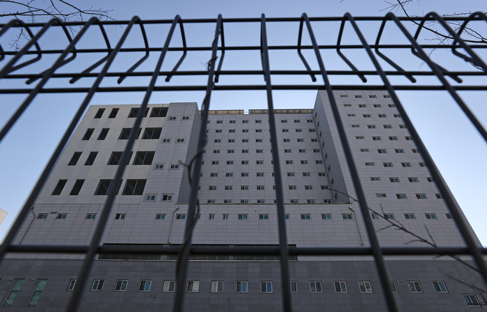 One of the main buildings of the Dongbu Detention Center in southern Seoul is seen through security fencing. Authorities say a total of 1,214 COVID-19 cases have been reported at the prison as of Jan. 13, 2021. (Photo: Yonhap News)