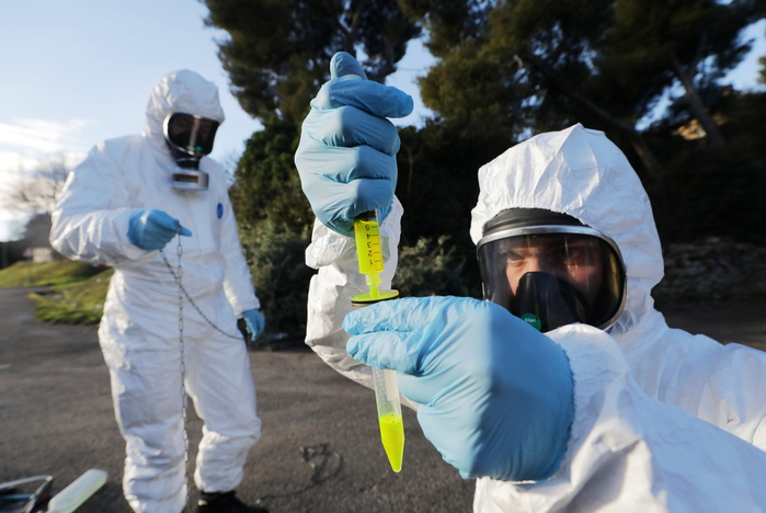 Firefighters in hazmat suits take sewage water samples to detect the concentration of COVID-19 traces and the presence of the new U.K. variant in Marseille, France, on Jan. 13, 2021. (Photo: Reuters-Yonhap News)