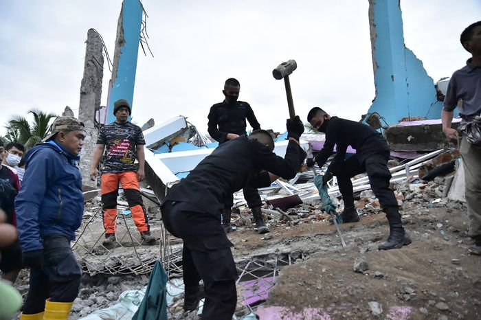 Rescuers search for survivors at the Mitra Manakarra hospital in Mamuju city. The hospital was flattened by a earthquake that struck Indonesia's Sulawesi island on Jan. 15, 2021. (Photo: AFP-Yonhap News)