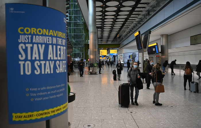 Travelers walk through the international arrival area of Heathrow Airport near London, Britain, on Jan. 15, 2021. (Photo: EPA-Yonhap News)
