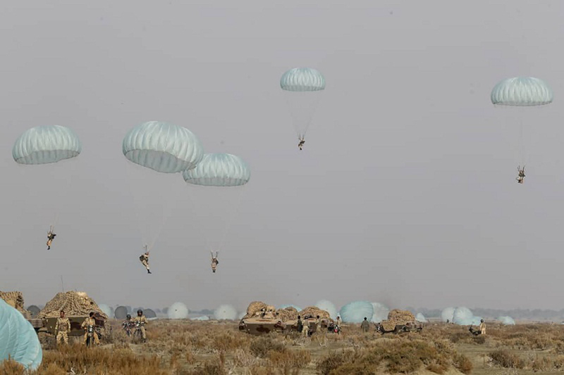Iranian Army paratroopers parachute during a military drill on Jan. 19, 2021. (Photo: AP-Yonhap News)