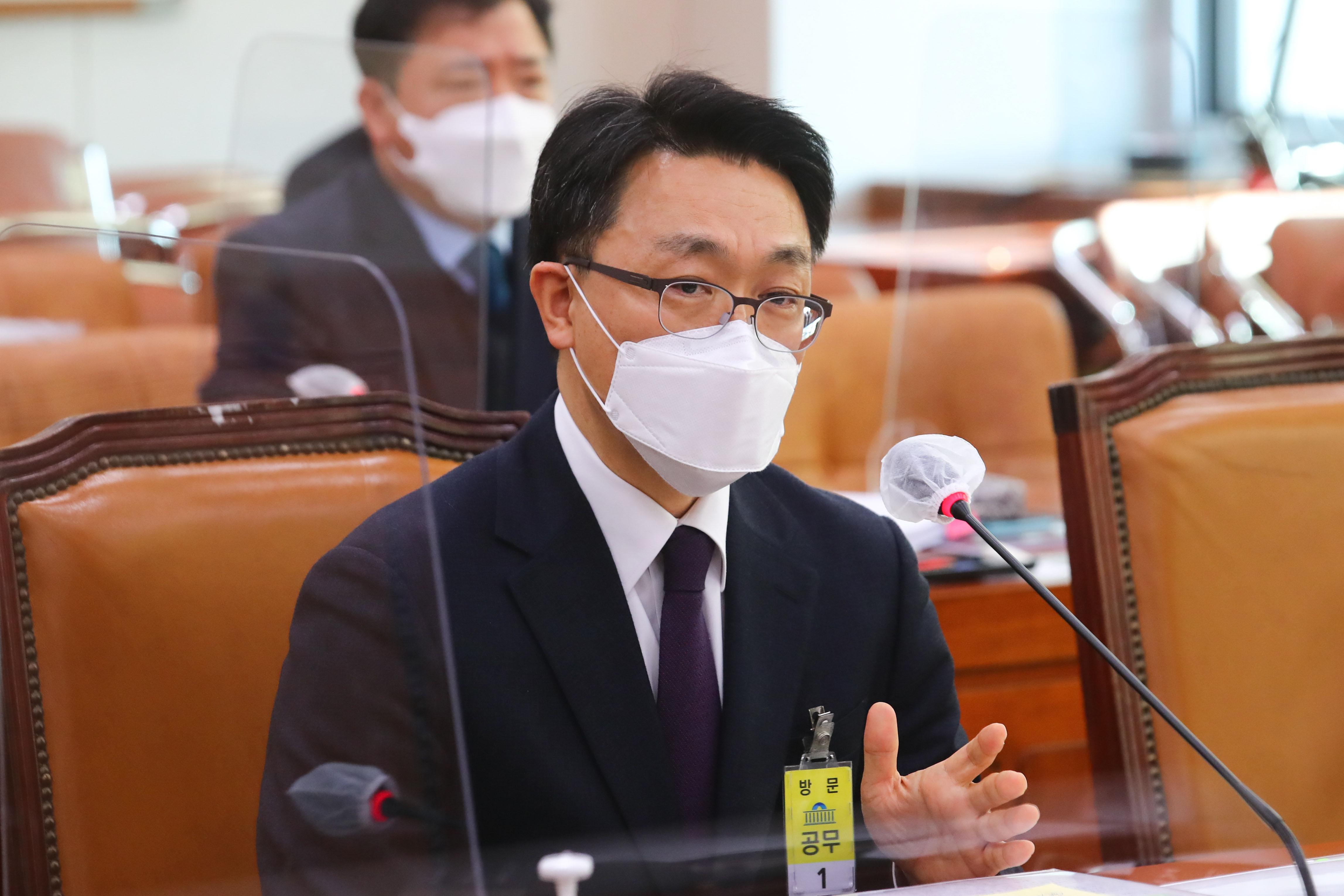 답변하는 김진욱 초대 공수처장