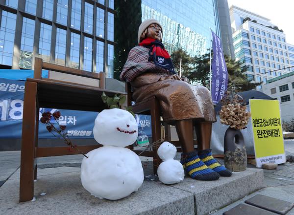 옛 일본대사관 앞에 설치된 평화의 소녀상