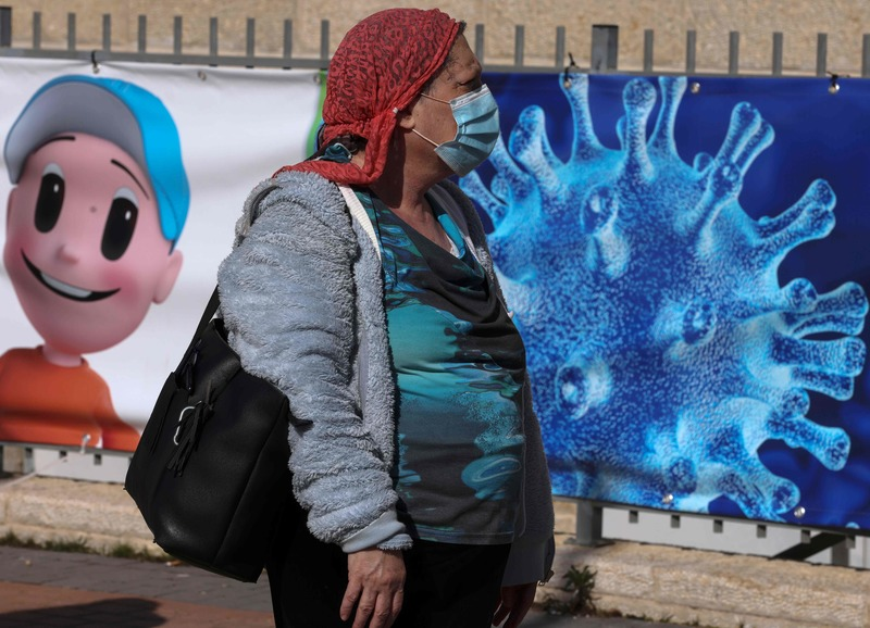 A woman in Jerusalem waits to receive a dose of the Pfizer-BioNtech COVID-19 vaccine on Jan. 24, 2021. (Phot: AFP-Yonhap News)