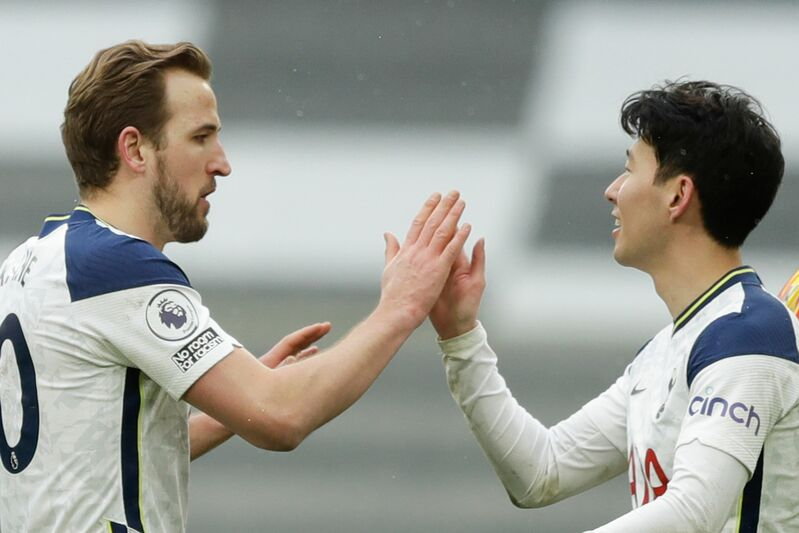 Son Heung-min (R) high fives his Tottemham teammate, Harry Kane, during a match against West Bromwich Albion West Bromwich Albion in London on Sunday. (Photo: Yonhap)
