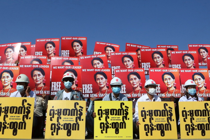Demonstrators in Naypyitaw hold placards with the image of Aung San Suu Kyi during a protest against the military coup in Myanmar. (Photo: Reuters-Yonhap News)