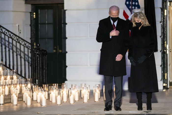 U.S. President Joe Biden and First Lady Jill Biden hold a moment of silence in honor of those who lost their lives to COVID-19 during a candelight ceremony held at the White House in Washington, D.C. (Photo: EPA-Yonhap News)
