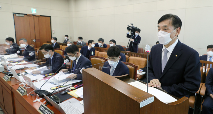 Bank of Korea Gov. Lee Ju-yeol briefs lawmakers on the state of the Korean economy in a parliamentary session on Feb. 23, 2021. (Photo: Yonhap News)