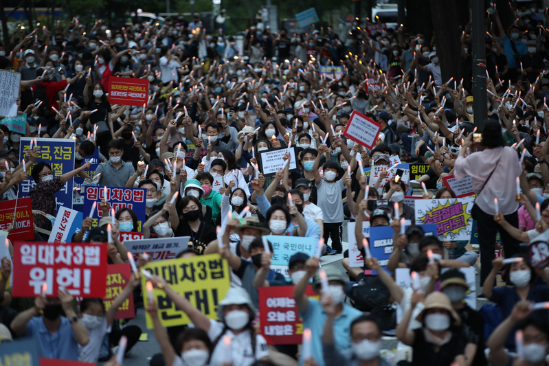 In this file photo, conservative groups hold a large-scale rally in central Seoul on Aug. 15, 2020, despite calls by the central and local governments to refrain from gatherings amid the COVID-19 pandemic. (Photo: Yonhap News)