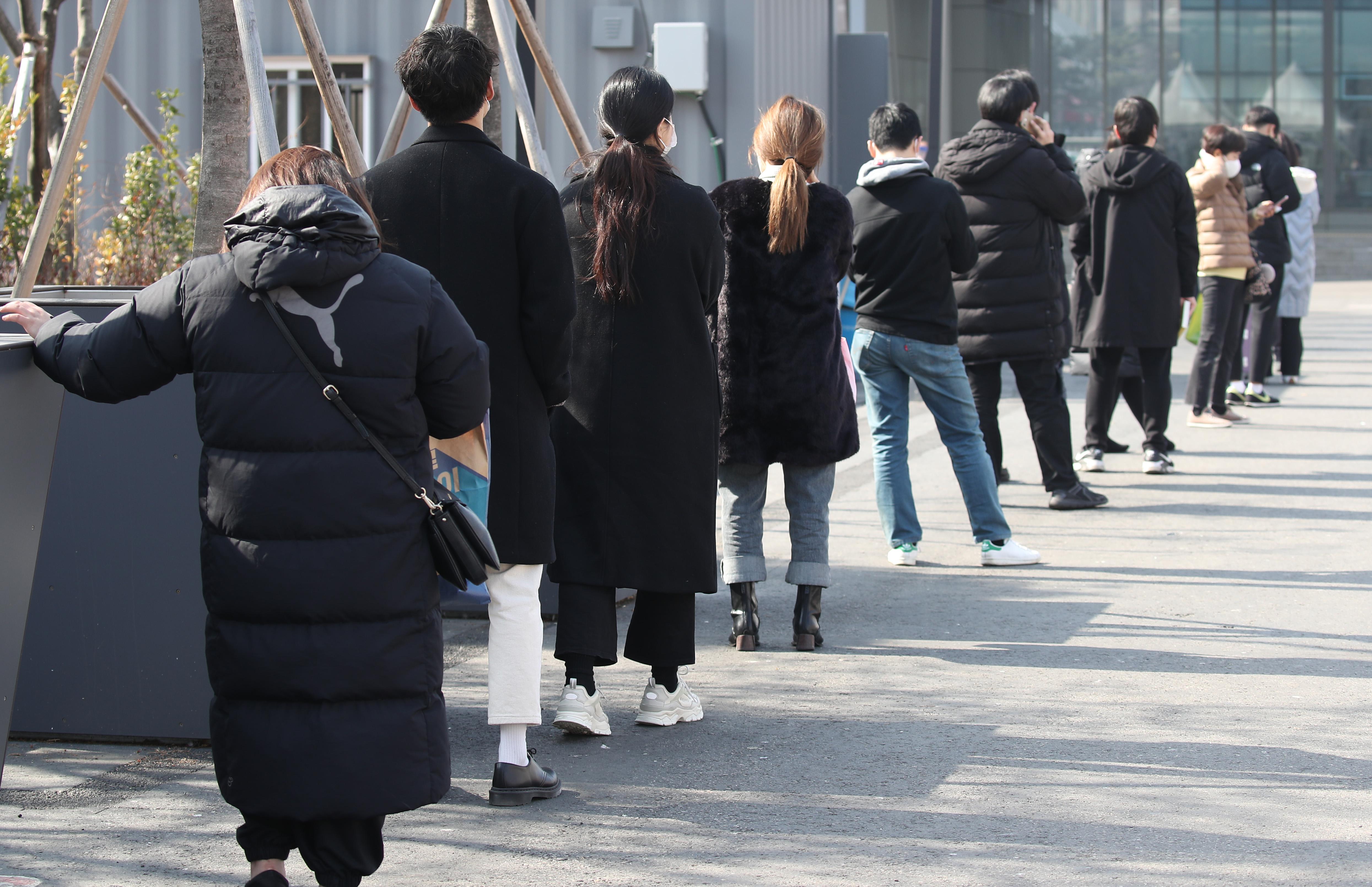 코로나19 검사를 위해 줄 서 있는 시민들
