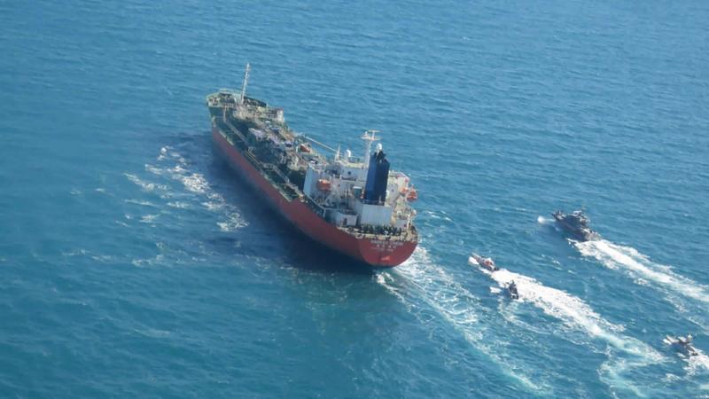 이란 혁명수비대 함정들에 나포되는 한국 선박 ''한국케미''