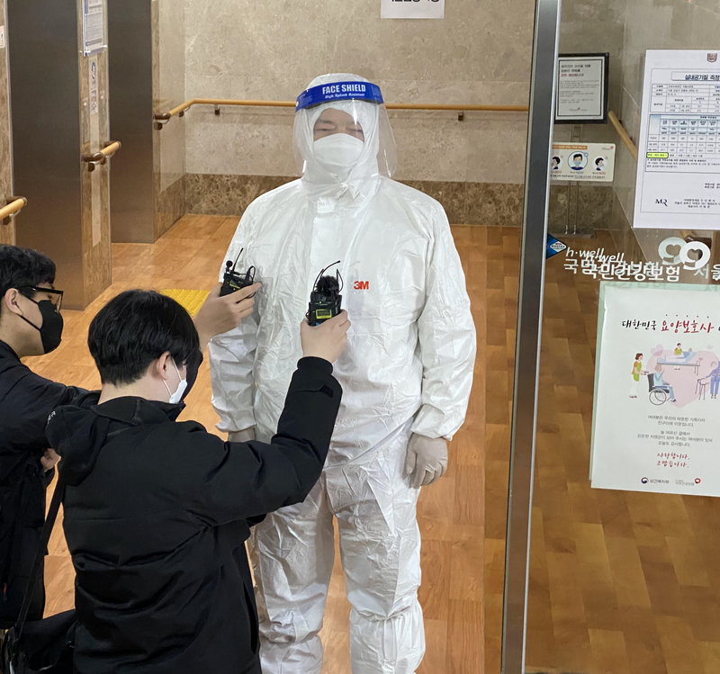 A medical worker at a long-term elderly care center in Seoul's Gangnam District tells reporters vaccines are being administered with no major issues on Feb. 26, 2021. (Photo: TBS)