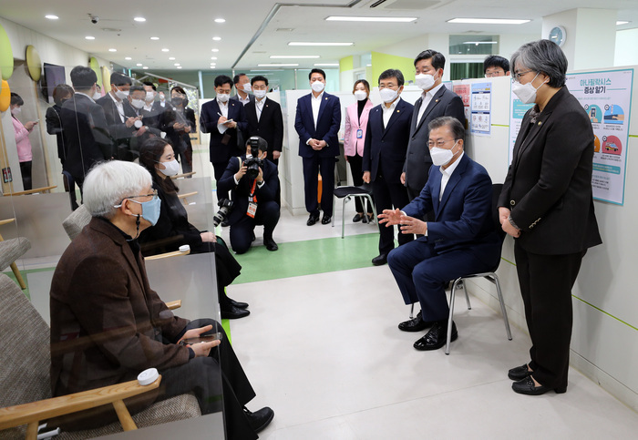 President Moon Jae-in, flanked by KDCA chief Jeong Eun-kyeong, speaks to vaccine recipients at a public health center in Seoul on Feb. 26, 2021. (Photo: Yonhap News)