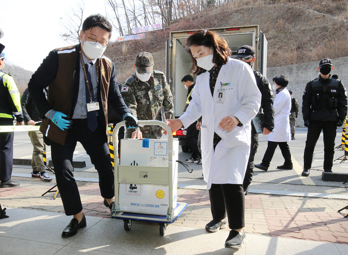 Officials at a coronavirus vaccination site in Cheonan, South Chungcheong Province, receive their first delivery of Pfizer-BioNTech vaccines on Feb. 26, 2021. (Photo: Yonhap News)
