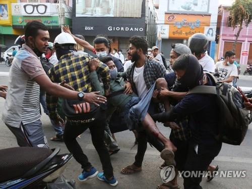 부상자 옮기는 미얀마 시민들