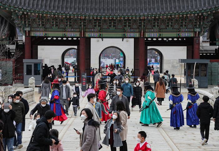 Crowds of people wearing masks to protect against COVID-19 visit the Gyeongbokgung Palace in central Seoul. (Photo: Yonhap News)