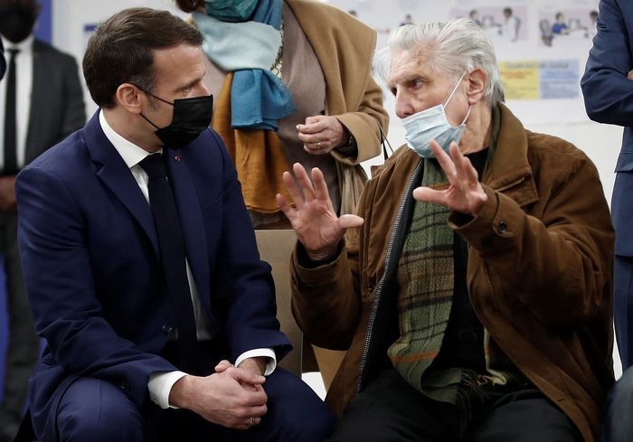 French President Emmanuel Macron (L) talks to a patient as he visits a coronavirus vaccination center in the town of Bobigny, near Paris, France, on March 1, 2021. (Photo: Yonhap News)