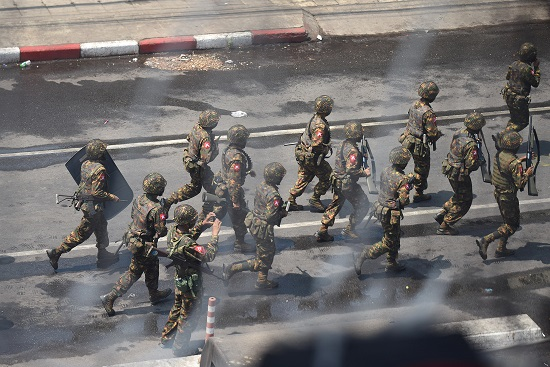 반쿠데타 시위대를 진압하는 미얀마 군