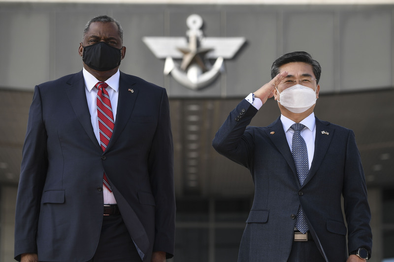 Defense Minister Suh Wook (R) and Pentagon chief Lloyd Austin inspect troops at South Korea's defense ministry headquarters in Seoul on March 17, 2021. (Photo: Yonhap News)