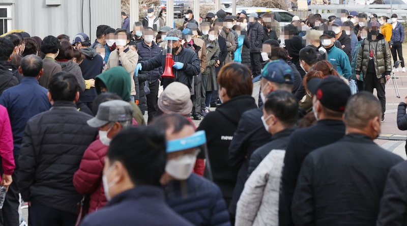 Locals and foreign nationals wait in line to get tested for COVID-19 at a screening site in Seoul's Guro District on March 19, 2021. (Photo: Yonhap News)