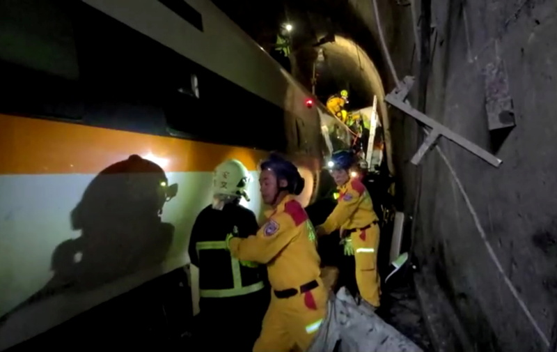 Rescuers in eastern Taiwan scramble to rescue passengers of a train that crashed in a narrow tunnel on April 2, 2021. (Photo: Reuters-Yonhap News)