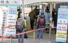 People wait in line to get tested at a temporary COVID-19 screening center in central Seoul. (Photo: Yonhap News)