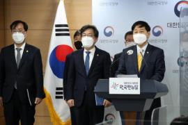 Policy Coordination Minister Koo Yun-cheol (C), flanked by other South Korean government officials, holds a briefing on April 13, 2021, to explain measures Seoul will take. (Photo: Yonhap News)