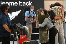 Travelers from New Zealand embrace their family members upon their arrival to Australia on April 19, 2021, as a travel bubble opens between the two countries. (Photo: AFP-Yonhap News)