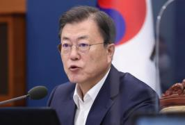 President Moon Jae-in holds a weekly meeting with senior aides on April 19, 2021. (Photo: Yonhap News)