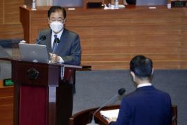Foreign Minister Chung Eui-yong (L) speaks during a parliamentary interpellation session on April 19, 2021. (Photo: Yonhap News)