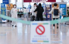 Health officials at Terminal 1 of Incheon International Airport help arriving passengers go through quarantine procedures on April 20, 2021. (Photo: Yonhap News)