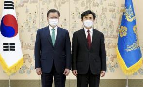 Moon and special prosecutor for Sewol Lee Hyun-joo at Cheong Wa Dae (Photo: Yonhap News)