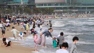 Haeundae Beach in Busan busy on Children''s Day (Yonhap)