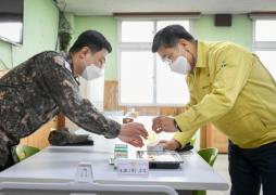 Defense Minister Suh Wook (R) inspects a military meal.