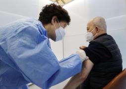Elderly vaccine (Yonhap)