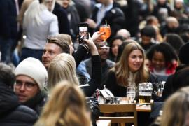File photo from April 12, 2021 shows people drinking amid eased lockdown restrictions in Lodon (AP-Yonhap News)