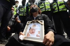 A Seoul resident holds a picture of Jung-in outside the court on May 14 (Yonhap)