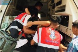 총상 입은 미얀마 청년을 구급차에 싣는 모습