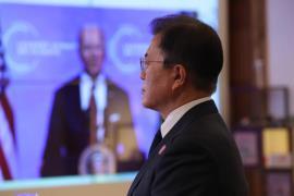 화상 회의로 조 바이든 미국 대통령 지켜보는 문재인 대통령