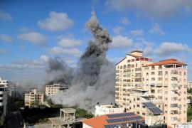 Smoke billows from Gaza City following an Israeli air strike on May 17 (Reuters-Yonhap)