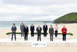 G7 leaders pose for photo on June 11 (Xinhua-Yonhap)