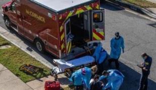 미국 코로나19 의심환자를 병원으로 이송하는 응급요원들